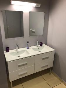 Ein Badezimmer in der Unterkunft STUDIO LE REGENT