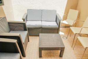 A seating area at Holiday Home Funchal Center