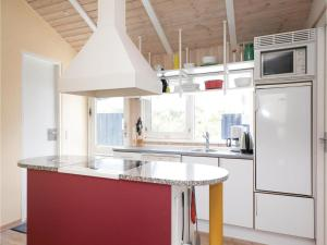 A kitchen or kitchenette at Holiday home Moreavej