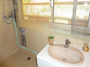 Salle de bains dans l'établissement Three-Bedroom Holiday Home in Beziers