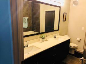 A bathroom at Luxury/Elegant 2 B/room Condo in Heart of Buckhead