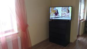 Televizorius ir (arba) pramogų centras apgyvendinimo įstaigoje Sauliaus apartamentai