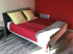 A bed or beds in a room at la licorne