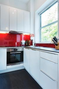 A kitchen or kitchenette at Beautiful Notting Hill Garden Apartment