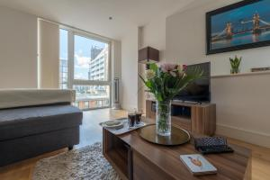 A television and/or entertainment center at Modern Riverside Apartment Greenwich