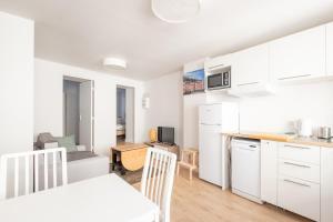 Cuisine ou kitchenette dans l'établissement New! Nice 2 rooms flat in the centre of the city