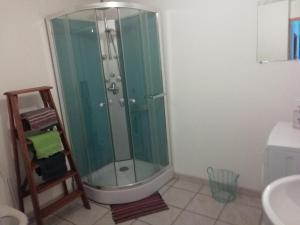 A bathroom at Bénédiction 2