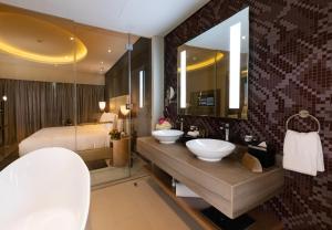 A bathroom at DAMAC Towers by DAMAC Living