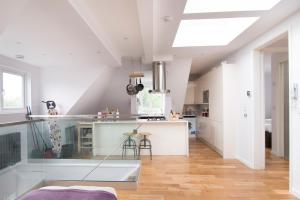 A kitchen or kitchenette at Bright 1 Bedroom Apartment in Kilburn
