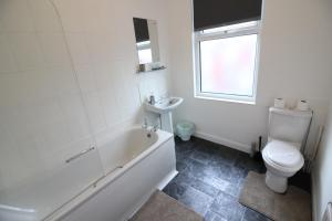 A bathroom at 2 Bed House in Leeds