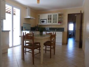 A kitchen or kitchenette at Maison Provençale : 239 Route de Pernes