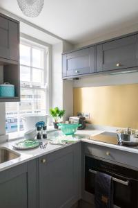 A kitchen or kitchenette at Dream Stays Bath - Kingsmead Street