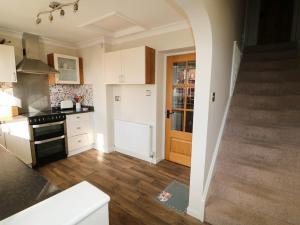 A kitchen or kitchenette at Easter Cottage 3 Hunstanton Road, King's Lynn