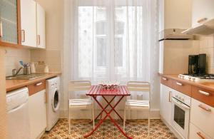 A kitchen or kitchenette at ApartmentsApart