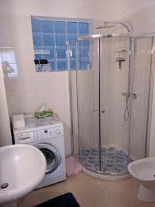 A bathroom at 1045 Boulevard Napoléon III