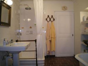 A bathroom at Gite Le Château de Mouzay