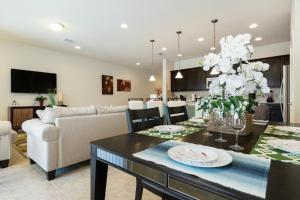 Uma área de estar em 4 Bedroom Townhouse with Lazy River, Windsor at Westside!