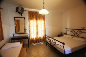A bed or beds in a room at Hotel Rigakis