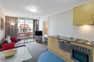 A kitchen or kitchenette at Nesuto Chippendale (formerly Waldorf Sydney Central Serviced Apartments)