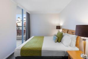 A bed or beds in a room at Nesuto Chippendale (formerly Waldorf Sydney Central Serviced Apartments)