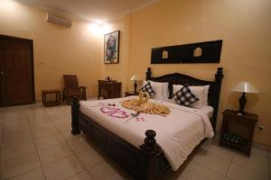A bed or beds in a room at Capung Cottages