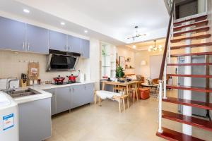 A kitchen or kitchenette at Wuhan Wuchang·Yellow Crane Tower· Locals Apartment 00166030