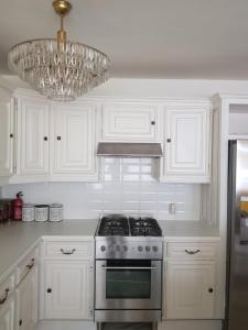 A kitchen or kitchenette at Yellow Couch Appartement