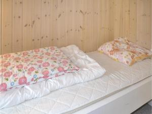 A bed or beds in a room at Holiday home Fyrrelunden Oksbøl