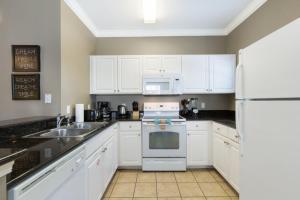 Cuisine ou kitchenette dans l'établissement Lucaya Village 2960 B