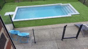 Vue sur la piscine de l'établissement Le Clos de Ramousies ou sur une piscine à proximité