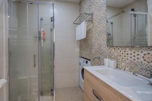 A bathroom at ABC Apartments Madrid 2