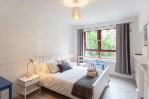 A bed or beds in a room at Bright, spacious & peaceful in sunny Dennistoun