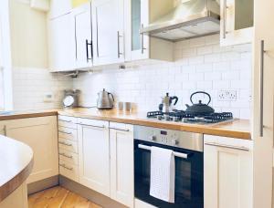 A kitchen or kitchenette at Kensington Court Apartment