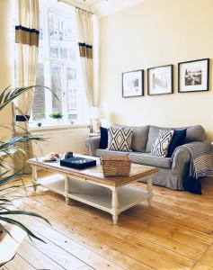 A seating area at Kensington Court Apartment