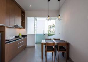 Кухня или мини-кухня в Villa Omah Bali