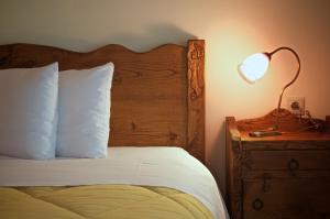 En eller flere senger på et rom på Petrini Gonia