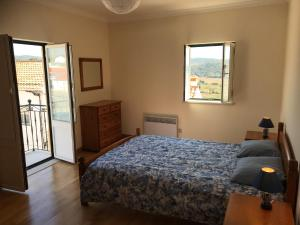 A bed or beds in a room at Great 2 Bedroom Apartment In Aljezur Centre