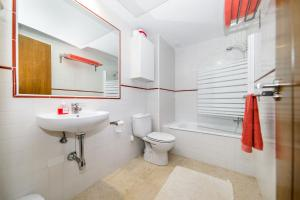 A bathroom at Punta Prima Apartment Sleeps 4 Pool Air Con WiFi