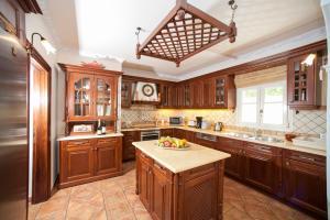 Een keuken of kitchenette bij Kassiopi Villa Sleeps 8 Pool WiFi