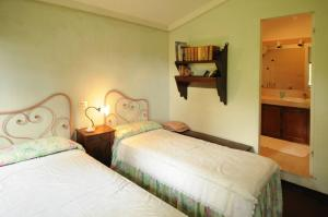 A bed or beds in a room at Lucca Villa Sleeps 6 Pool Air Con WiFi