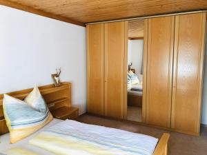 A bed or beds in a room at Ferienwohnung Wieser Reizegg 7