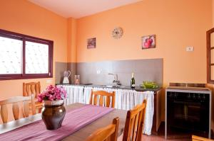 A kitchen or kitchenette at Cosy house in the north of the island 15 minutes beach
