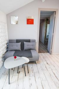 A seating area at 10 Pressenssé