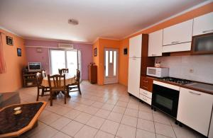 A kitchen or kitchenette at Apartment Danka