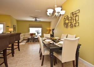 Um restaurante ou outro lugar para comer em Paradise Palms- 5 Bed Townhome w/Splashpool-3024