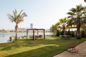 A garden outside Fantastay Villa with Private Beach - Palm Jumeirah