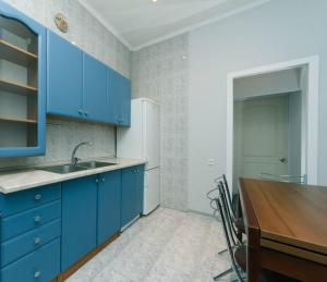 A kitchen or kitchenette at Двухкомнатные апартаменты на Льва Толстого
