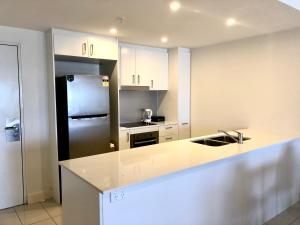 A kitchen or kitchenette at Darwin City Apartment with Harbour Views
