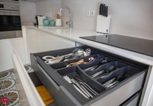 A kitchen or kitchenette at L'atelier Apartments (Poesia)