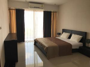A bed or beds in a room at Chic Condo Unit A609